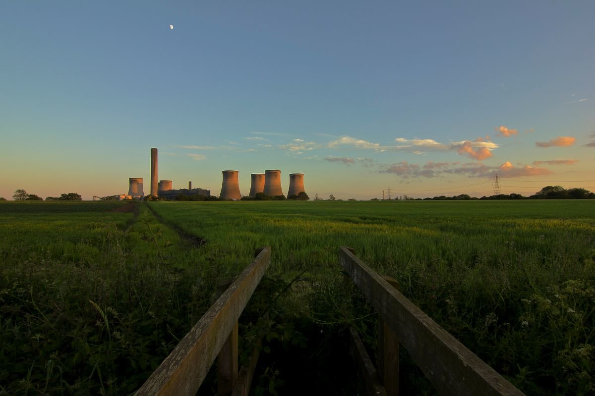 Sun setting on Fiddlers Ferry power station, UK. Photo by Paul Turner via Flickr.